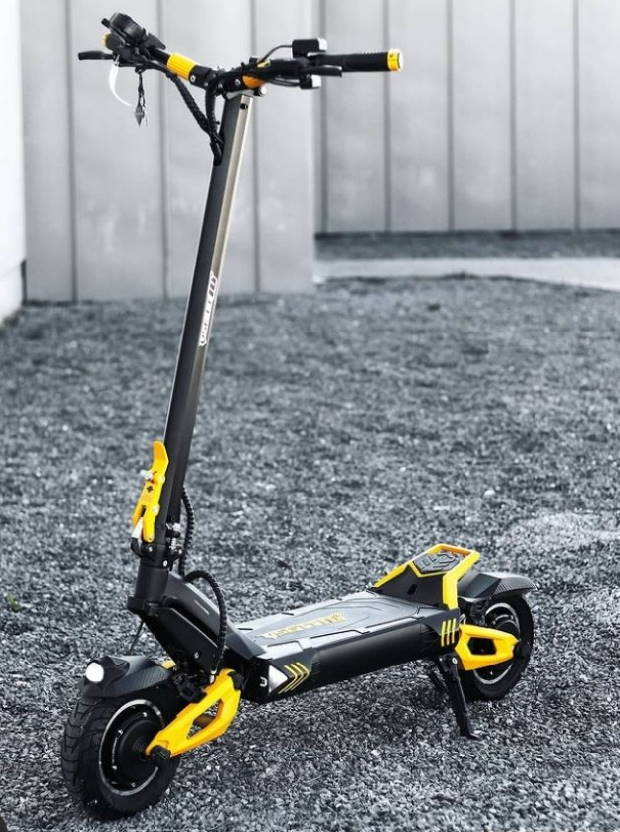 side view of the Kaabo Mantis Pro SE on grass