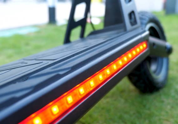 red side lights on the deck of the Kugoo G2 Pro