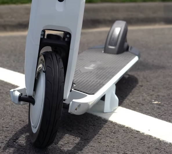 frontal view of the lower parts of the Ninebot Air T15 standing on its kickstand